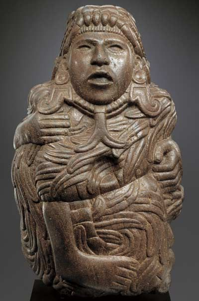 """Quetzalcoatl, """"serpent à plumes"""" ou """"serpent-plume précieuse"""". Un des grands dieux mexicains, héros civilisateur, symbole de la religion elle-même, de l'art de l'écriture, de la haute civilisation. La tête du dieu émerge de la gueule du serpent. Paris, musée du quai Branly."""