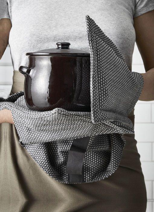 Prachtige ovenhandschoenen gemaakt van grijs-witte stof. De handdelen zijn extra gevoerd. Mooi Deens design van Lone Kjær Rasmussen voor the Organic Company. De ovenhandschoen heeft een mooie weving van donkergrijze en witte draden, die het een mooi mêlee uiterlijk geven. Verkrijgbaar in donkergrijs en lichtgrijs.      Combineert perfect met het wikkelschort, het keuken & wasdoekje en de grijze theedoeken (zie bijpassende artikelen onderaan de pagina).      Gemaakt van 100%...