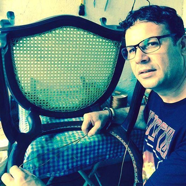 Na pequena oficina... com a nova camisa do Led Zeppelin.  #cadeira #palhinha #restored #restore #makeover #handwork #handmade #me #myself #instaselfie #selfie #eu #artesano #artwork #noite #caneseat #caning #chair #chaircaning #vintage #boanoite #boanoiteee #boanoitee #goodnight #follow4follow #photo