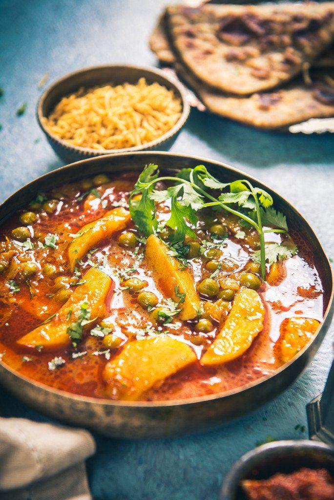 Aloo matar ki rasedar sabzi recipe healthy meals main for Dinner main course recipes