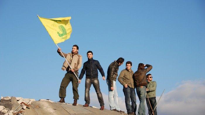 KIBLAT.NET, Kuwait – Pihak berwenang Kuwait mendeportasi sebanyak 11 warga asing yang menetap di negaranya karena terbukti mendukung organisasi Syiah Hizbullah Lebanon. Tiga dari mereka berkewarganegaraan Iraq, sisanya Lebanon. Harian Kuwait Al-Qabas, seperti dilansir Reuters Arabic, Senin (21/03), melaporkan bahwa mereka dideportasi atas permintaan aparat keamanan. Mereka terbukti berafiliasi dengan organisasi Hizbullah Lebanon yang masuk …
