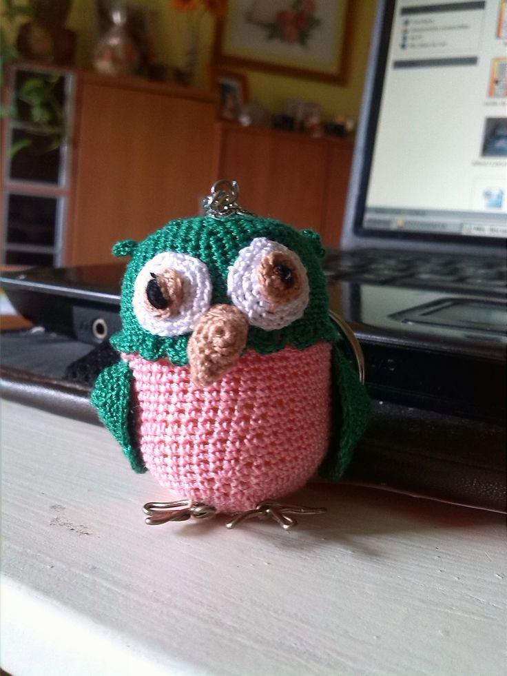 llavero  búho realizado en ganchillo en huevo kinder el cual se puede abrir y guardar cosas http://silviak35.blogspot.com.es/
