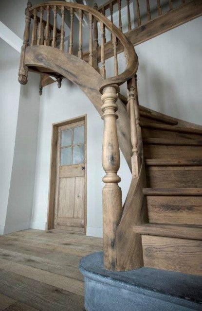 A curved oak staircase realised for Van Beek & Dings interiorarchitects. Website: Antiek Amber, historische bouwmaterialen en objecten.