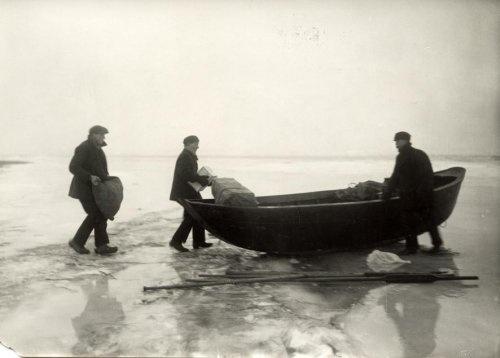De ijsvlet. Hiermee werd voedsel, post en medicijnen opgehaald als Urk in de winter ingevroren was.
