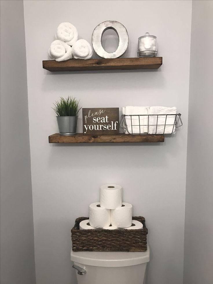 Halbes Badezimmer Dekor Holzregale Und Toilettenpapier In Einem Korb Bauernhutte Wc Dekor Toilette Dekoration Kleines Bad Dekorieren
