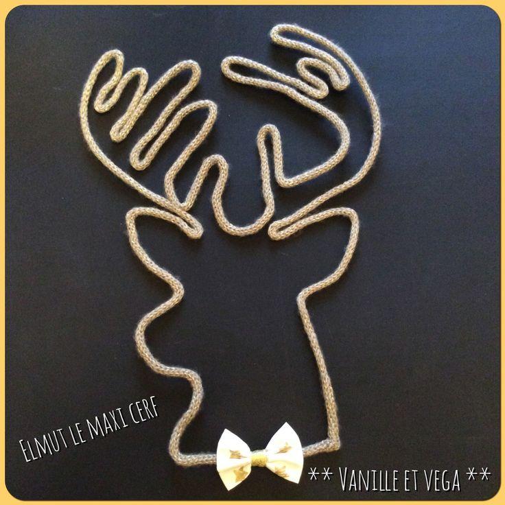 Elmut le Maxi cerf est une tête de cerf, forme en laine. Fabriqué en tricotin de laine dorée, Elmut a mis son petit noeud papillon doré pour rester chic