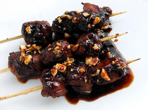Een specialiteit uit Java, maar geliefd in heel Indonesië en daarbuiten. Geroosterde stukjes geitenvlees, kort gemarineerd in ketjap en knoflook, geserveerd met een ketjap-saus. Beetje gefrituurde ...
