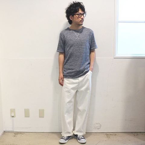 """着丈の長さが大きな違いを生む、ワイドシルエットペインターパンツ。 [AUD3346] http://www.aud-inc.com/product/2438 ワイドパンツと言うと、ストンと落ちるシルエットが一般的。 その際にどうしても裾の弛みが気になってしまう声も多く聞かれます。 本日着用のボトムスは足の甲にスッキリと収まる""""インステップカット""""を採用した1本。 この絶妙な丈のお陰でこれまでのワイドパンツには無かったスッキリとした下半身のシルエットを実現します。 加えてロールアップでの着用時にも、折り返しの回数が少なく済みますので その点のボリューム感も出すぎずに赤耳を配したロールアップスタイルをお楽しみ頂けます! 人気上昇中の新定番ワイドパンツ。 お待ちトップスを合わせても、全体に新鮮なスタイリングに見て取れますので、是非1度お試しになってみては如何でしょうか!?  Coordinate Tops [AUD1702] http://www.aud-inc.com/product/2069"""