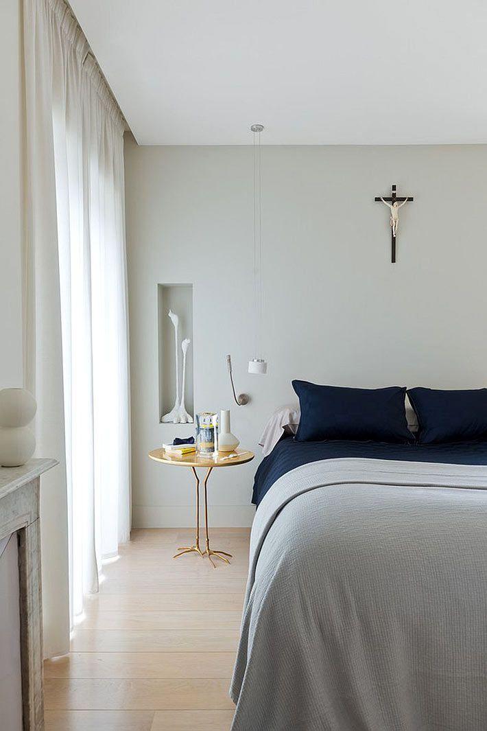 Прикроватные тумбочки, добавляющие золотой отблеск интерьеру спальни