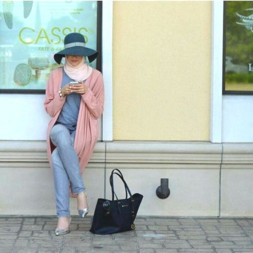 blush pink hijab with hat- Neutral hijab outfit ideas http://www.justtrendygirls.com/neutral-hijab-outfit-ideas/