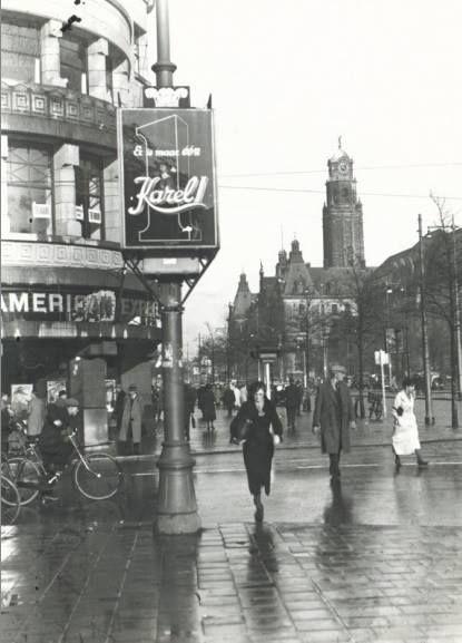 De Coolsingel bij de hoek met de Van Oldenbarneveltstraat. Op de achtergrond het stadhuis. De foto is gemaakt in 1932.