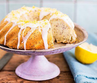 """""""Ja tack, en bit till!"""" Ingen säger nej till sockerkakan kryddad med citron och vallmofrön. Särskilt inte när den är täckt med en söt florsockerglasyr. Grädda gärna citronkakan i en vacker form för, som bekant, man äter även med ögonen."""