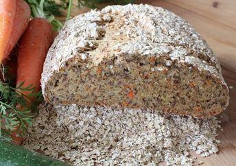 """Dieses Brot ist überaus saftig. Ja, es hat selbstverständlich mit den Möhren zu tun, die darin stecken. Es ist schnell gemacht und sehr lecker. Wie geschaffen für uns. Die Inspiration für das Rezept habe ich von meiner lieben Nichte. Wir haben vor einiger Zeit eine Whatsapp Gruppe eröffnet, in der wir unsere Rezepte """"parken"""", wenn... Weiterlesen"""