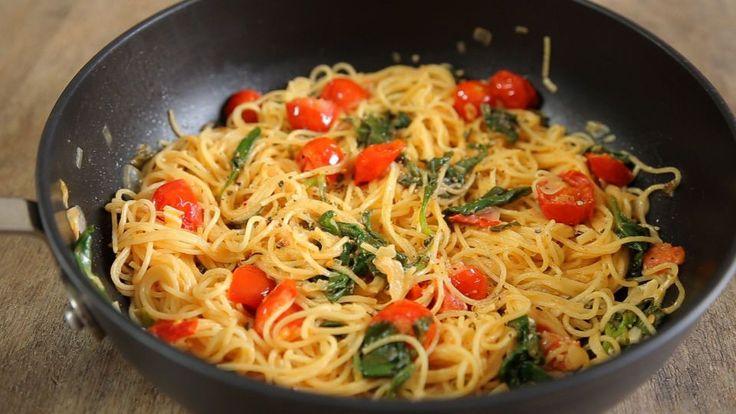 Mamma mia, ma che bella pasta! :P Receita delicinha, bem fresh, super fácil e rápida de fazer. Pra esses dias quentes de verão é uma boa pedida, super levinha, mas alimenta! E como o ingrediente pr…
