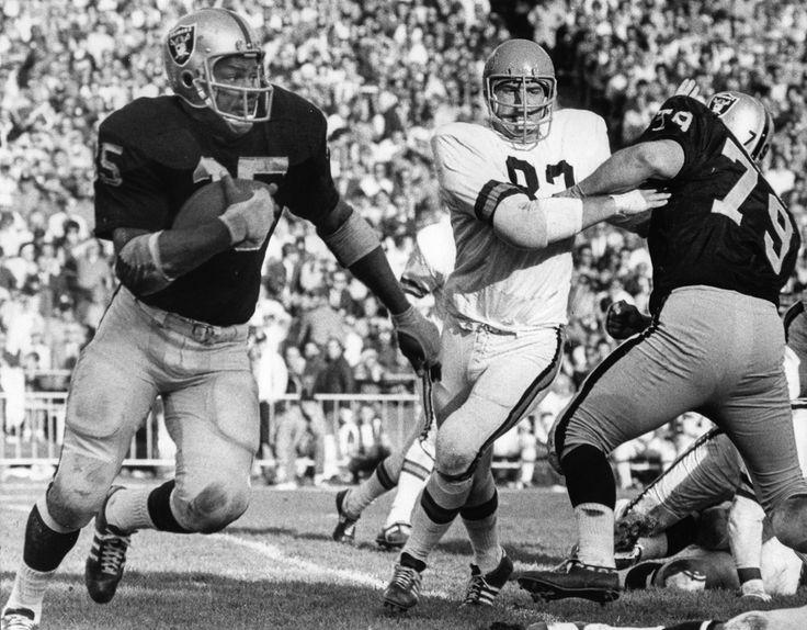RAIDERS SUNDAY December 7, 1969 - Hewritt Dixon rushing against the Bengals. (Ron Riesterer / Oakland Tribune) #vintage