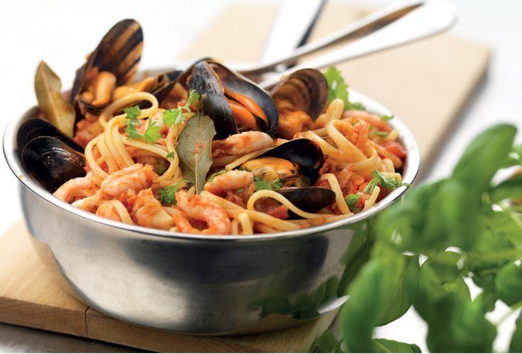 En underbar pasta med skaldjur, pasta, vitt vin, tomat, vitlök och persilja.