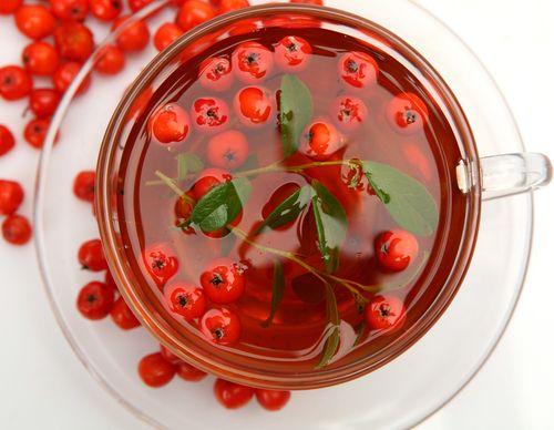 Рецепт чая из шиповника Вам пригодиться термос. Залейте ягоды кипятком и оставьте на 4 часа минимум. К такому чаю можно добавить мяту или некрепко заваренный черный чай, но уже после того, как настой будет сделан. 100 гр. ягод на литр воды. Если вы любите настой покрепче, то заваривайте больше ягод.