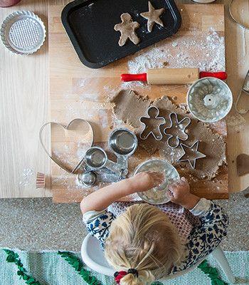 Anche i più piccoli possono dare una mano con gli stampi per biscotti.