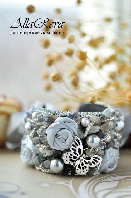 Купить или заказать Браслет 'Серебряные розы' в интернет-магазине на Ярмарке Мастеров. материалы: лабрадор, жемчуг майорка, бисер, горный хрусталь, кожа, ткань.