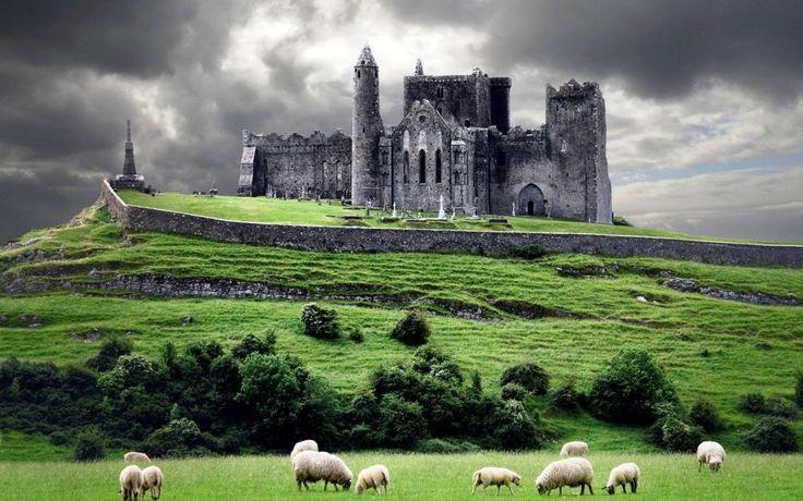 Скала Кашел — древняя резиденция королей Ирландии в течение нескольких сотен лет до норманнского вторжения