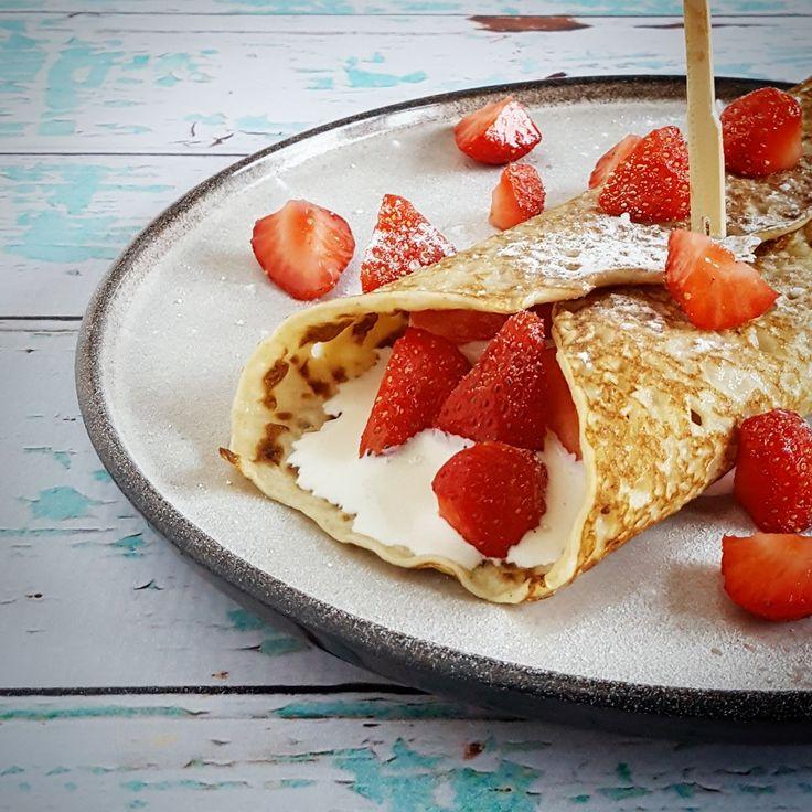 Heerlijk! Wat een ontbijt... Pannenkoeken met een smeerseltje van mascarpone, rijkelijk belegd met aardbeien. Deze pancakes moet je een keer geproefd hebben...