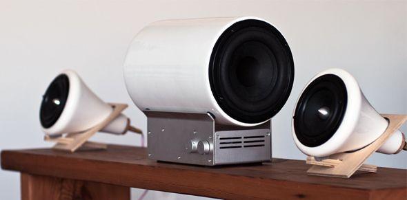 Il y a quelques temps, Joey Roth créait des enceintes coniques en porcelaine posées sur un petit support en bois, simples et élégantes. Il vient ajouter aujourd'hui un caisson de basse en céramique pour apporter précision et clarté aux haut-parleurs et offrir un son équilibré.
