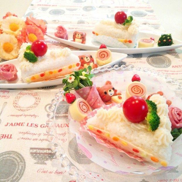 卵やハム、鮭フレークなどご飯に合うカラフルな食材を選んで。レシピサイトから「ライスケーキ」で検索してみましょう!