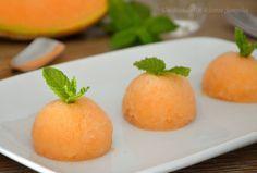 Il sorbetto di melone e maraschino è un dolce al cucchiaio fresco e cremoso, perfetto da servire a fine pasto. Per prepararlo, non serve la gelatiera.
