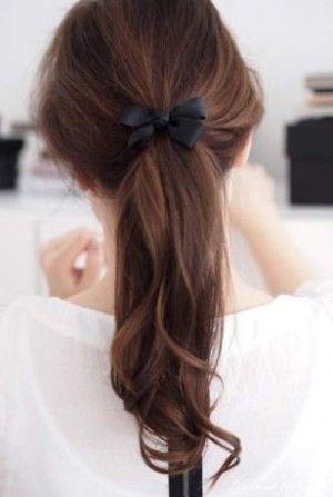 Coleta sencilla,  encuentra un peinado diferente  para cada día aquí...http://www.1001consejos.com/peinados-para-la-escuela/