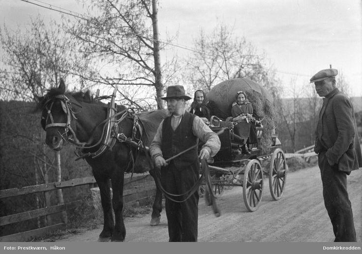 """""""De reisende"""" Hest og vogn med opplesset pargass og konene kledd i sjal og skaut. Hestekjøretøy. Gubbben sjøl med tømmene. Dette var et vanlig syn før krigen og noen år etter. Folk syns det var et friskt innslag i hverdagen."""