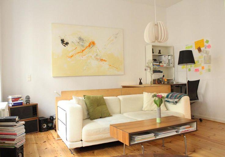 Einrichtungsidee Fur Ein Helles Wohnzimmer Cremefarbene Couch Couchtisch Bucherstapel Sowie Grosser Kunstdruck Einrichtungsideen Haus Deko Helle Wohnzimmer