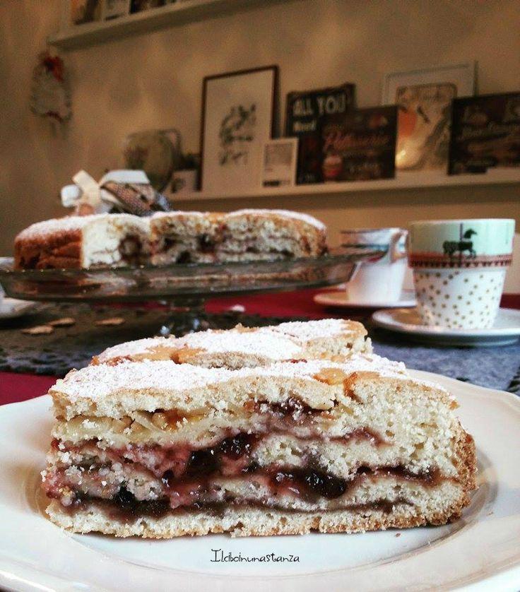 A metà tra un pan di spagna ed una crostata, questa torta è particolare perchè ha il ripieno di marmellata...ma a strati ed è molto bella da vedere!!