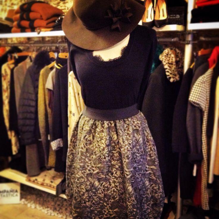 Maglia con inserto pizzo i gonna damascata e cappello falda larga in feltro di lana