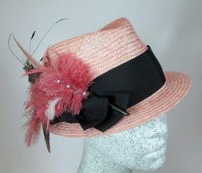 Dirndlhut aus rosa Strohborte mit schwarzem Band / Federngesteck