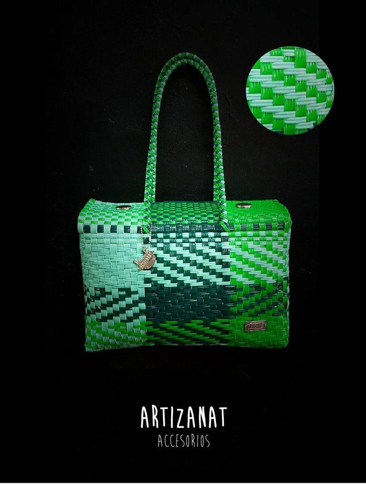 Además de ser un bolso juvenil a la moda ayudas a la conservación del medio ambiente, están ¡hechos con material 100% reciclable!