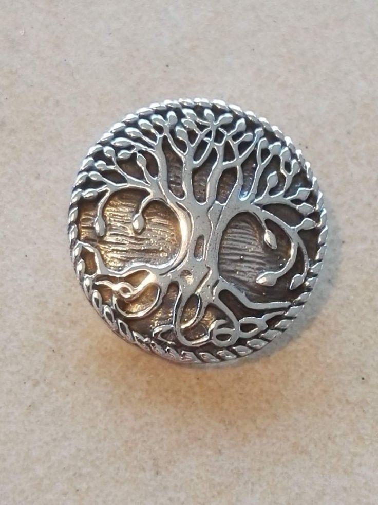 Yggdrasil vedhæng:i  Sølv. 240 kr. Bronze 100 kr.  23 mm -  Yggdrasil (livets træ) var  i nordisk mytologi et vældigt asketræ. Dets  altid grønne krone går helt op til himlen, og dets  tre rødder ender i tre forskellige verdener: den ene  i det underjordiske Hel, hvor dragen Nidhug  gnaver i den og hvor Urds brønd er placeret.  Den anden fører forbi Mimers brønd til Jotun- heim. Den tredje passerer Hvergelmer og fører  til Niflheim. I Yggdrasils krone lever fire hjorte,  Dain, Dvalin, Dunør…