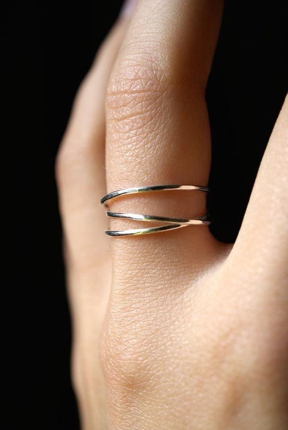 Dieser Artikel ist handgefertigt und kundenspezifisch konfektioniert in Portland, OR.  Dies ist eine wunderschöne, zukunftsweisende Ring, aus dünnen, leicht Gehämmerte Sterling silber Metall.  Ich wickeln eine Länge von Silber rund drei Mal und es sicher um Rückseite Löten. Dann ich den Ring für einen hellen, reflektierenden Glanz leicht gehämmert.  Die Schönheit dieses Rings liegt in seiner organischen Form. Ich kann nie zweimal die gleiche umschlossene Wirkung erschaffen, was bedeutet…