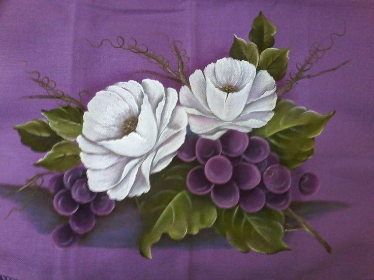 Rosas e cacho de uvas, pintado em tecido de sacaria colorida. Este foi pintado, por uma aluna (que hoje é professora).  Tamanho de folha A4.