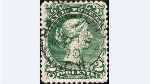 Un timbre canadien de deux cents à l'effigie de la reine Victoria, Scott catalogue #22, est montré dans une photo récente prise par la Vincent Graves Greene Philatelic Research Foundation. Sa valeur est estimée à un million de dollars.