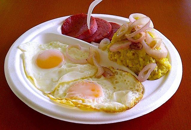 Mangú encebollado, salami y huevos. ¡Mi comida cuando yo estoy perezosa! jajajajajaaja...
