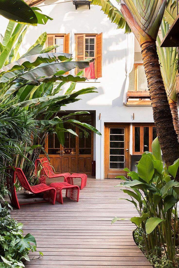 Decoração de casa, decoração de casa natural, decoração natural, madeira, piso de madeira, cadeira vermelha, plantas, fachada, parede branca, porta de madeira, janela de madeira.