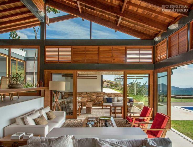 Sala de casa de madeira com portas amplas e espa o aberto for Legalizar casa en terreno rustico