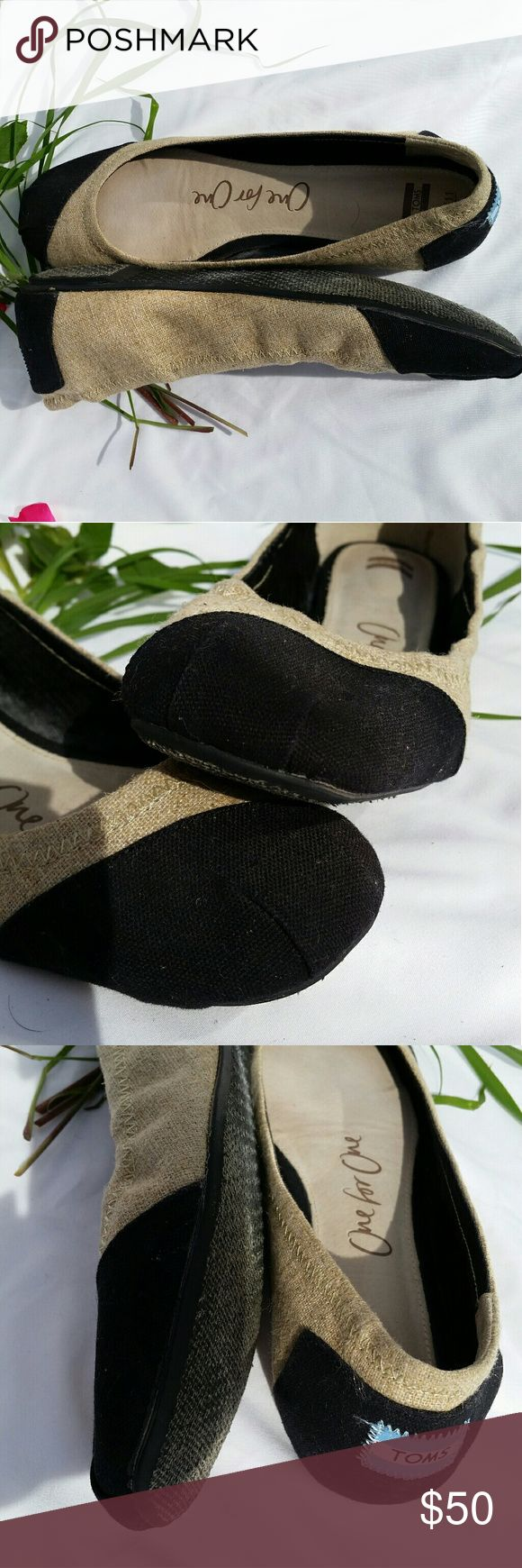 """TOM'S """"ALESSANDRA"""" BALLET FLATS BURLAP WOMEN'S TOM'S """"ALESSANDRA"""" BALLET FLATS DEFINED BLACK TOE MADE OF RUSTIC BURLAP WITH A TAN BODY RUBBER SOLE WOMEN'S SIZE 11 WORN TWICE, GREAT CONDITION Natural Burlap Trim Women's Ballet Flat Women Size 11 Burlap  upper. Elasticized collar for improved fit. Padded heel and cushioned suede insole. One-piece outsole for flexibility and durability. Fabric upper and lining/rubber and textile sole. By TOMS; imported. Pleated square toe. Low-cut vamp visually…"""