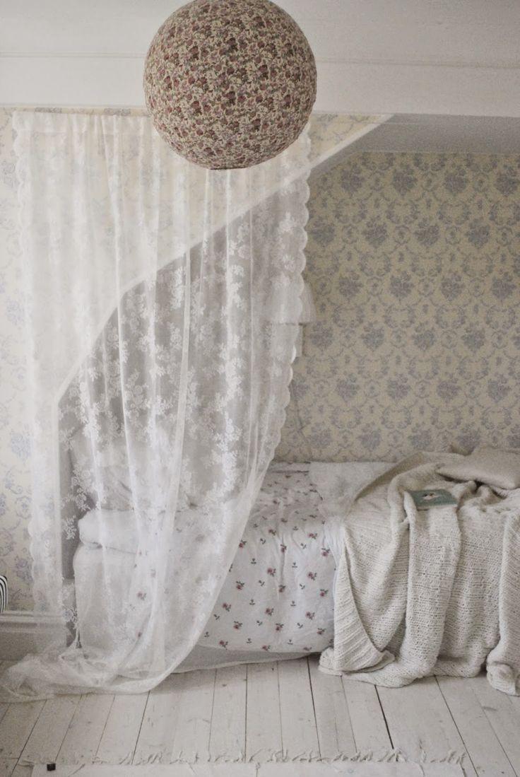 Airy patterns in a bedroom | Julias Vita Drömmar