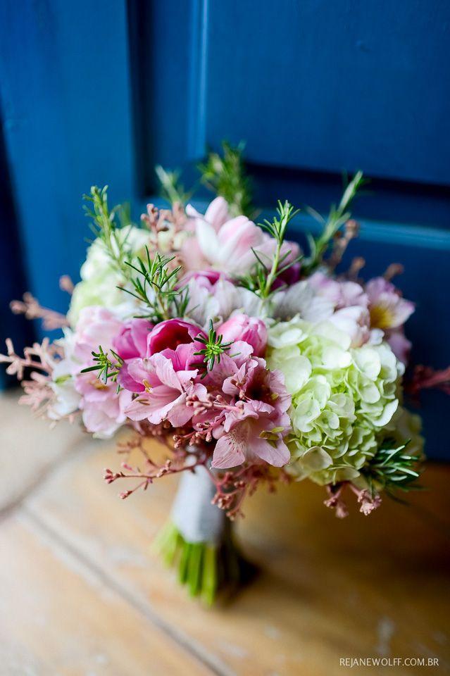 Bouquet alegre e romântico com flores rosas, tulipas, hortênsias e alecrim. Buquê: Fábio Borgatto e Telma Hayashi | Foto: Rejane Wolff