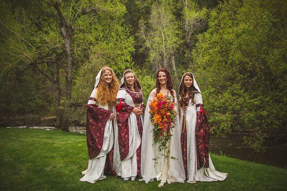 A noiva e suas madrinhas em estilo medieval. #casamento #criativo #castelo…