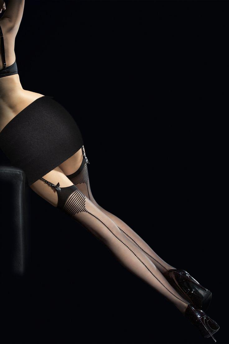 Diese Tempesta Seamed Stockingssind unwiderstehlich!Diese erstaunlichen, schwarzen 20 Denier Strümpfe sind aus weichem Material hergestellt und werden deine Beine verwöhnen, versehen mit einem schwarzen Rand mit einem Piramiden-förmigen Detail und einer gestreiften Naht, we love it!Diese verführerischen Nahtstrümpfe kombinieren die Eleganz und den Glamour aus der Vergangenheit mit dem Komfort von heute!   Wird mit einem Strumpfhalter getragen Verst&...