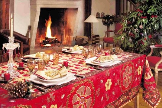 Dining Room, Extraordinary Classic Christmas Table Decorations Ideas With Old School Pattern Table Clothes And Pine Cone Decoration: How To Set A Beauteous Christmas Table Design Ideas