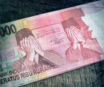 Petugas Subdit III Jatanras Ditreskrimum Polda Jawa Timur mengungkap sindikat pengedar uang palsu (upal) di kawasan Terminal Bungurasih,..