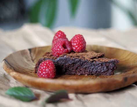 Recept på nyttig kladdkaka. Enkel att göra och supergod! Helt utan spannmål, mejeriprodukter och raffinerat socker. Naturligt sötad med dadlar.